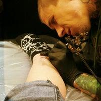Foto tirada no(a) Ultimate Arts Tattoo por Amy T. em 4/24/2013