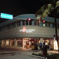 Foto diambil di 5 Napkin Grill oleh ᴡ F. pada 10/15/2012