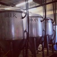 รูปภาพถ่ายที่ Monkish Brewing Co. โดย Bennett K. เมื่อ 7/7/2013