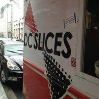 รูปภาพถ่ายที่ DC Slices โดย Chris C. เมื่อ 2/26/2013