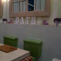 Foto tirada no(a) Nanny's Pavillon - Bathroom por Midori R. em 4/3/2013