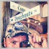 รูปภาพถ่ายที่ Cops & Doughnuts Bakery โดย Pete B. เมื่อ 7/15/2013