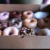 Das Foto wurde bei Dun-Well Doughnuts von Cherry X. am 4/10/2013 aufgenommen