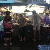 รูปภาพถ่ายที่ ก๋วยเตี๋ยวหมูห่อใบตอง | ตลาดศาลเจ้า โดย Poupée T. เมื่อ 10/24/2012