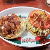 Foto tomada en Ruben's Hamburgers por Nadia M. el 3/7/2013