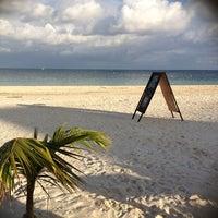 Foto tirada no(a) Único Beach por Ren C. em 11/18/2012