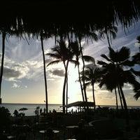 Снимок сделан в Duke's Waikiki пользователем John Q. 11/28/2012