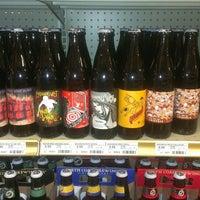 6/15/2013 tarihinde Yuki B.ziyaretçi tarafından Binny's Beverage Depot'de çekilen fotoğraf