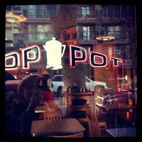 Das Foto wurde bei Top Pot Doughnuts von Playapixie am 3/4/2013 aufgenommen
