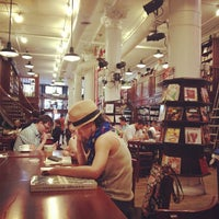 Foto tomada en Housing Works Bookstore Cafe  por Tina Hui T. el 9/23/2012
