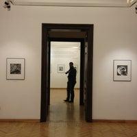 รูปภาพถ่ายที่ Mai Manó Gallery and Bookshop โดย Hanna Johanna K. เมื่อ 12/30/2012
