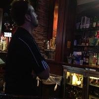 Foto tomada en Sneaky Pete's por Joe R. el 11/28/2012