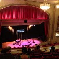 Foto tirada no(a) The Town Hall por Rebecca N. em 6/13/2013