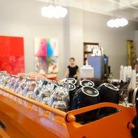 Foto tomada en Café Grumpy por Project Latte: a NYC cafe culture guide el 9/4/2013