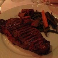 Foto tomada en Greystone Steakhouse por Jenny S. el 7/4/2013