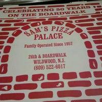 Das Foto wurde bei Sam's Pizza Palace von LuighAine am 10/5/2012 aufgenommen
