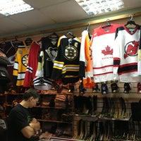 Снимок сделан в Национальный хоккейный магазин пользователем Eugene 7/16/2013