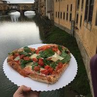 Foto scattata a Gusta Pizza da Holly D. il 5/30/2016
