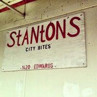 รูปภาพถ่ายที่ Stanton's City Bites โดย Aimee W. เมื่อ 4/17/2013