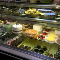 Foto diambil di Costeaux French Bakery oleh Gigi E. pada 9/29/2012