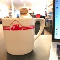 Foto tirada no(a) Gorilla Coffee por Nic B. em 11/20/2018