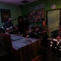 รูปภาพถ่ายที่ Burger Records โดย Karen T. เมื่อ 5/19/2013