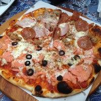 Foto tirada no(a) Street Pizza Wood Fired Oven por Doenj M. em 2/6/2014