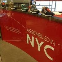 Foto tirada no(a) New Balance NYC Flagship Store por Vitaliy S. em 11/3/2012