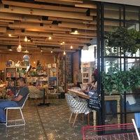 Foto tomada en Librería 9 3/4 Bookstore + Café por Jessica F. el 9/10/2017