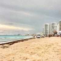 Das Foto wurde bei Forum Beach Club von Angel G. am 10/8/2012 aufgenommen