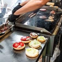 Das Foto wurde bei Black Cab Burger von We Love Budapest am 4/24/2015 aufgenommen