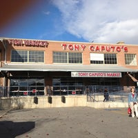 Das Foto wurde bei Tony Caputo's Market & Deli von Brad W. am 11/17/2012 aufgenommen