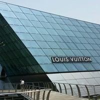 Foto scattata a Louis Vuitton Island Maison da Budiey I. il 3/30/2014