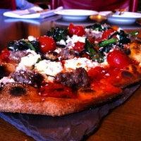 Foto scattata a OAK Long Bar + Kitchen da Suzanne W. il 9/25/2013