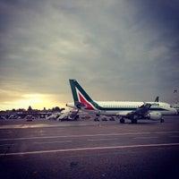รูปภาพถ่ายที่ Aeroporto di Milano Linate (LIN) โดย Ryan G. เมื่อ 6/3/2013