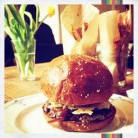 3/10/2013 tarihinde Adélka K.ziyaretçi tarafından Dish – Fine Burger Bistro'de çekilen fotoğraf