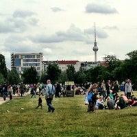 Das Foto wurde bei Mauerpark von Jennifer Kjellgren ~. am 6/30/2013 aufgenommen