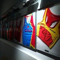 Foto tomada en Running Company Madrid por Eva F. el 12/30/2012