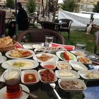 Снимок сделан в Kasr-ı Van Kahvaltı ve Kahve Evi пользователем Ekrm E. 3/17/2013