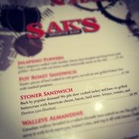 Foto tomada en Sak's Sports Bar por Kyle T. el 1/11/2012