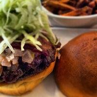 Foto scattata a Stax Burger Bar da Jamar L. il 5/15/2012