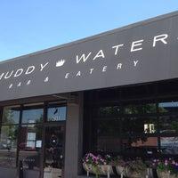 Foto tomada en Muddy Waters Bar & Eatery por Grant L. el 6/9/2012