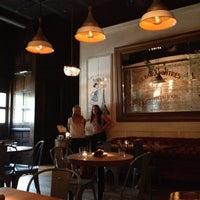 7/26/2012 tarihinde Whitney E.ziyaretçi tarafından Maude's Liquor Bar'de çekilen fotoğraf