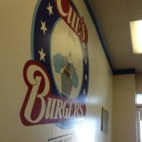 Das Foto wurde bei Cue's Burgers 'n More von erich l. am 5/22/2012 aufgenommen