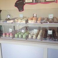 Снимок сделан в Gigi's Cupcakes пользователем Jennifer G. 8/29/2012