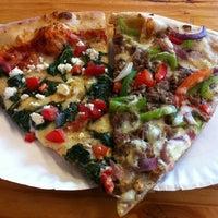 Foto tomada en Ian's Pizza por Toast M. el 10/5/2012