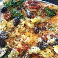 Foto tomada en West Crust Artisan Pizza por Mandy F. el 1/18/2013