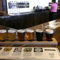 Das Foto wurde bei Cinder Block Brewery von Stina H. am 2/22/2014 aufgenommen
