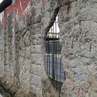 Das Foto wurde bei Baudenkmal Berliner Mauer von usachev am 11/24/2012 aufgenommen