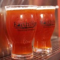 Das Foto wurde bei Earth and Fire Brewing Company von Earth and Fire Brewing Company am 7/30/2016 aufgenommen